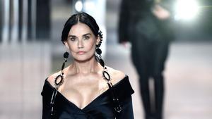 Demi Moore exhibeix nova cara en la desfilada de Fendi a París