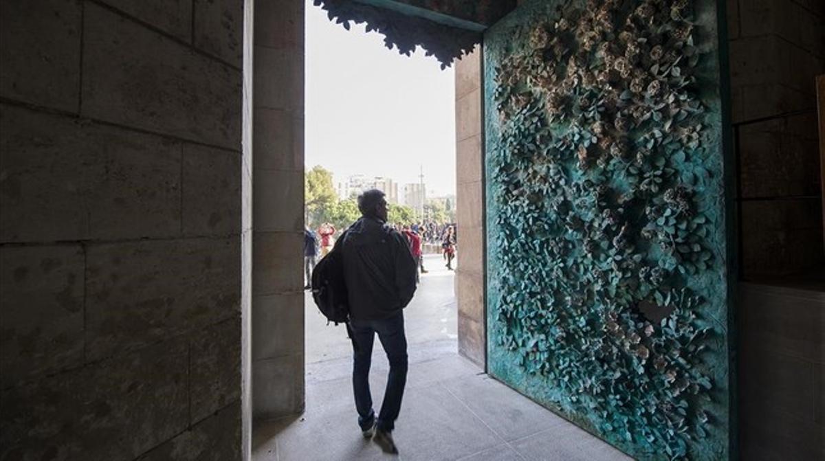 Puerta de bronce del portal de la Fe en la fachada del Naixement de la Sagrada Família,obra del escultor Etsuro Sotoo.