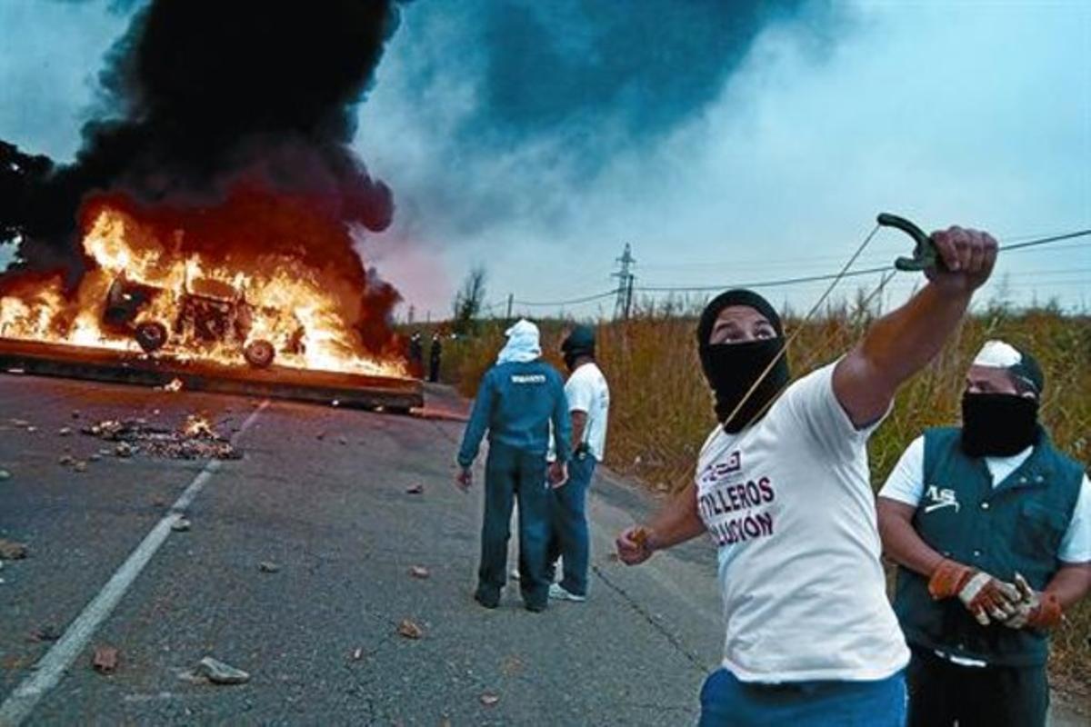 Trabajadores de astilleros cortan una carretera de acceso al puerto de Sevilla, en septiembre.