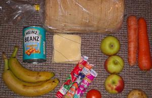 Algunos de los alimentos que suministra el Gobierno británico a los niños en riesgo de pobreza, según ha denunciado @RoadsideMum.
