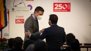 El presidente del Gobierno, Pedro Sánchez, saluda al 'president' de la Generalitat, Pere Aragonès, en el acto por el 250º aniversario de la patronal Foment del Treball, este 7 de junio en Barcelona.