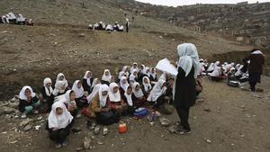 Un grupo de estudiantes afganas dando clase fuera de las aulas en Kabul.