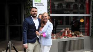 Belén Esteban posa junto a su marido, Miguel Marcos, este viernes, durante el lanzamiento de su propia marca de productos gastronómicos en el Museo Chicote de Madrid.