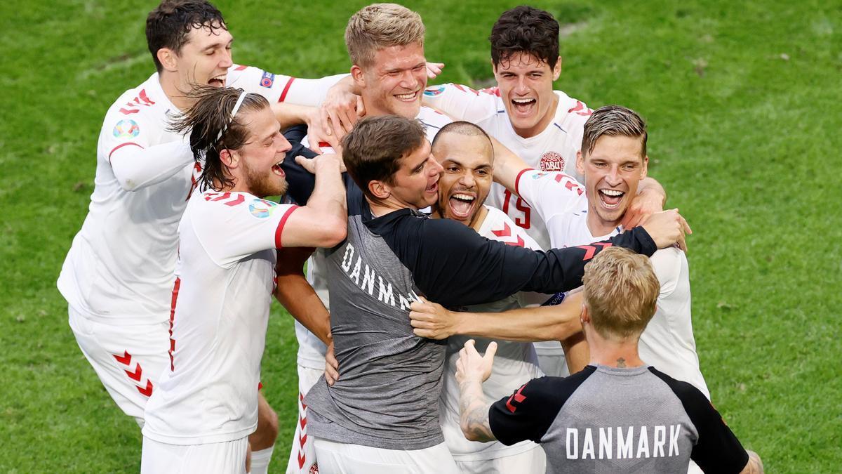 Los daneses celebran el pase a cuartos con Braithwaite entre ellos.