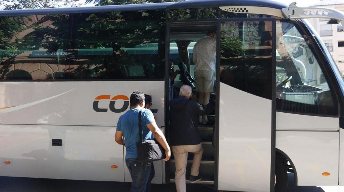 Varias personas subiendo a un autobús.