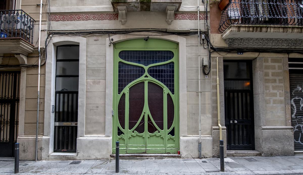 Puerta del número 45 de la calle de Francisco Giner en el barrio de Gràcia.