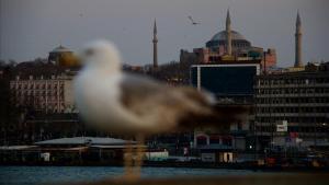 La mezquita de Santa Sofía vista desde el puente Gálata de Estambul.