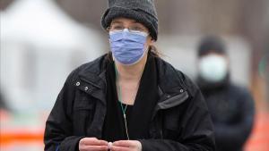 Una mujer con mascarilla protectora en Quebec, Canadá.
