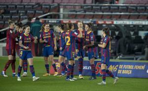 Las jugadoras del Barça se felicitan tras un gol en el reciente derbi frente al Espanyol