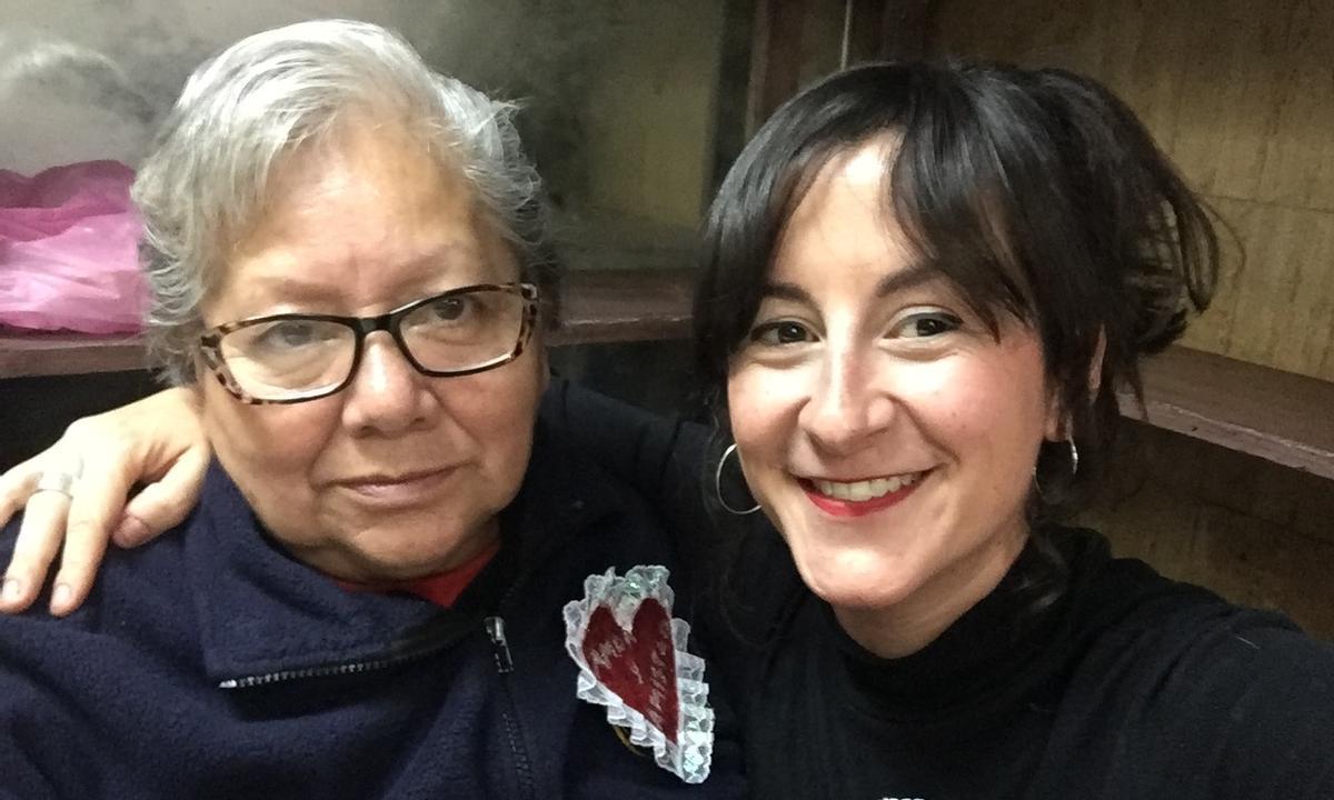 La Mami (izquierda) posa con la directora, Laura Herrero Garvín.
