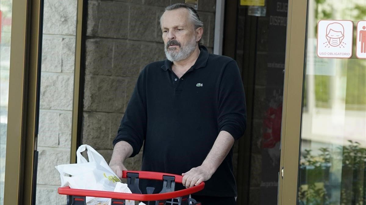 Miguel Bosé, captado mientras hacía la compra en un supermercado.