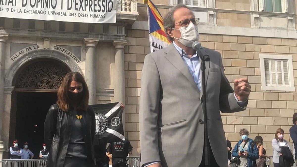 El expresidente de la Generalitat Quim Torra, con la pancarta a sus espaldas
