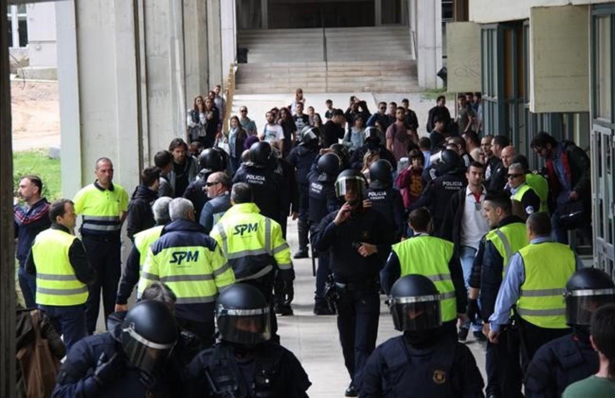 Cordón de los Mossos d'Esquadra para separar a los neonazis de los estudiantes de la UAB.