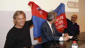 Viggo Mortensen y Fabián Casas extienden su bandera detrás de Jaume Collboni.