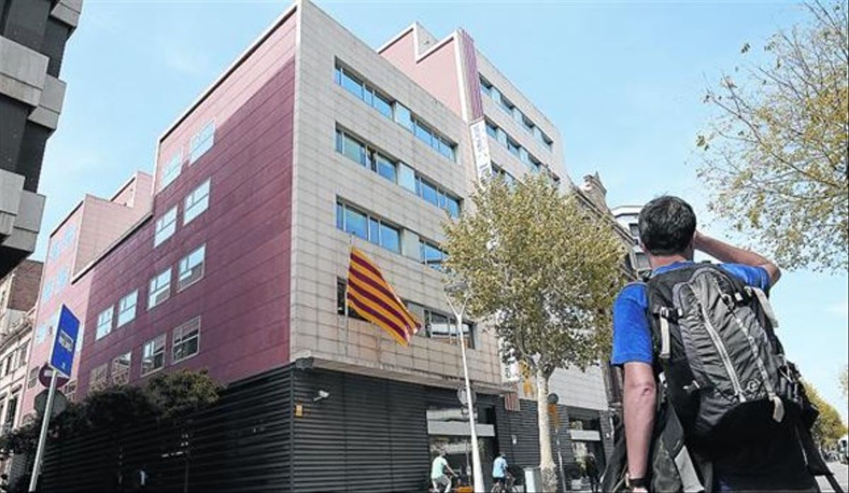 Edificio de la sede central de CDC, en la calle de Còrsega de Barcelona.