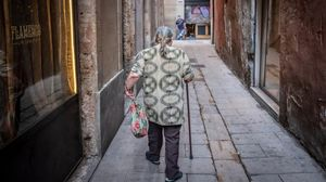 Manuela, de espaldas, en la calle de Obradors, en el Gòtic.