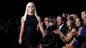 Donatella Versace camina por la pasarela después de una presentación de Versace en Nueva York
