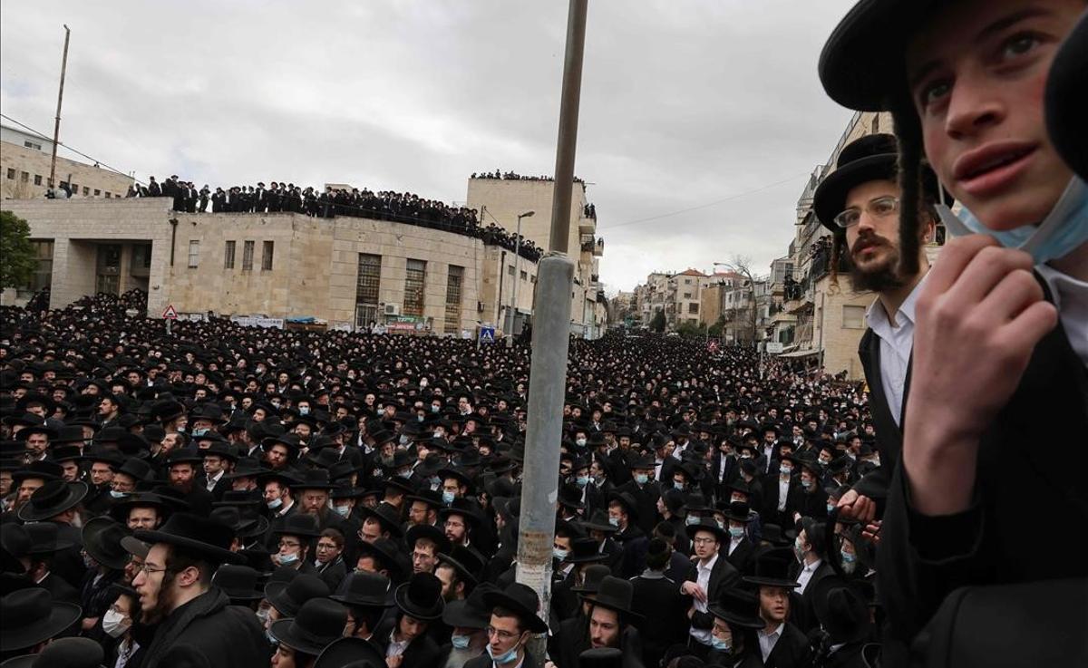 Miles de ultraortodoxos violan el confinamiento en el funeral de un rabino en Jerusalén.