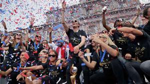 Las campeonas del mundo de fútbol pasean su corona por Nueva York.