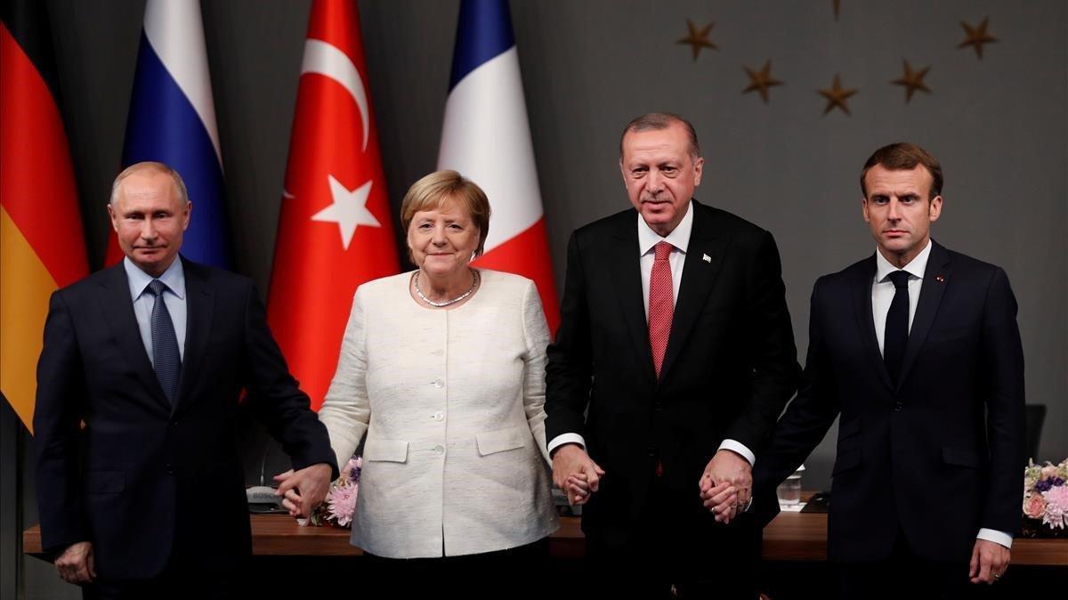 De izquierda a derecha: el presidente ruso, Vladimir Putin, la cancillera alemana, Angela Merkel, y los presidente turco, Recep Tayyip Erdogan, y el francés, Emmanuel Macron.