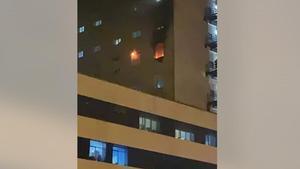 Llamas en la sexta planta del Hospital Puerta del Mar de Cádiz tras prender un paciente covid fuego a un colchón.