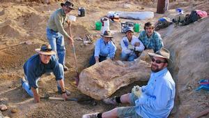 Investigadores durante las excavaciones de búsqueda de fósiles de dinosaurio en Cooper Creek, cerca de la ciudad de Eromanga (Queensland), en Australia.
