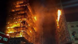 Las llamas devoran un edificio de 24 plantas en el centro de Sao Paulo.