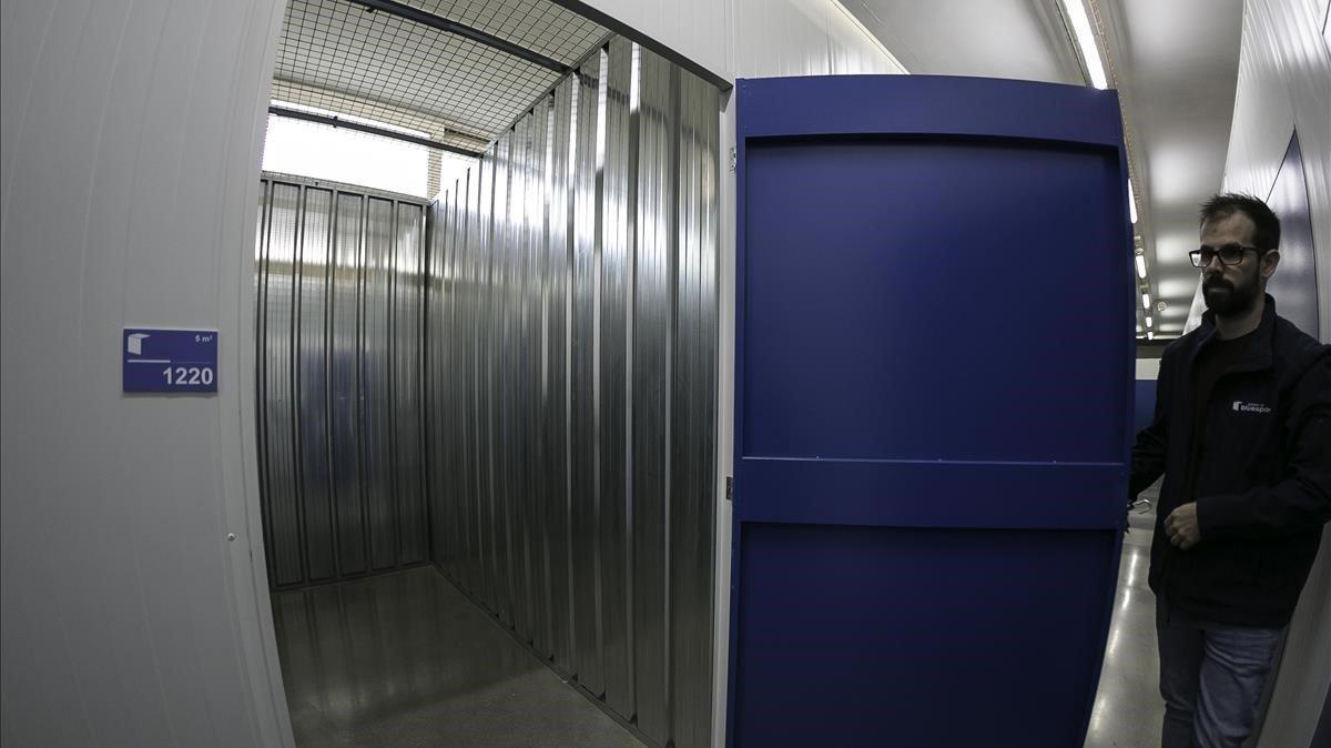 Uno de los encargados del Bluespace de Sant Adrià de Besòs muestra el interior de uno de los módulos