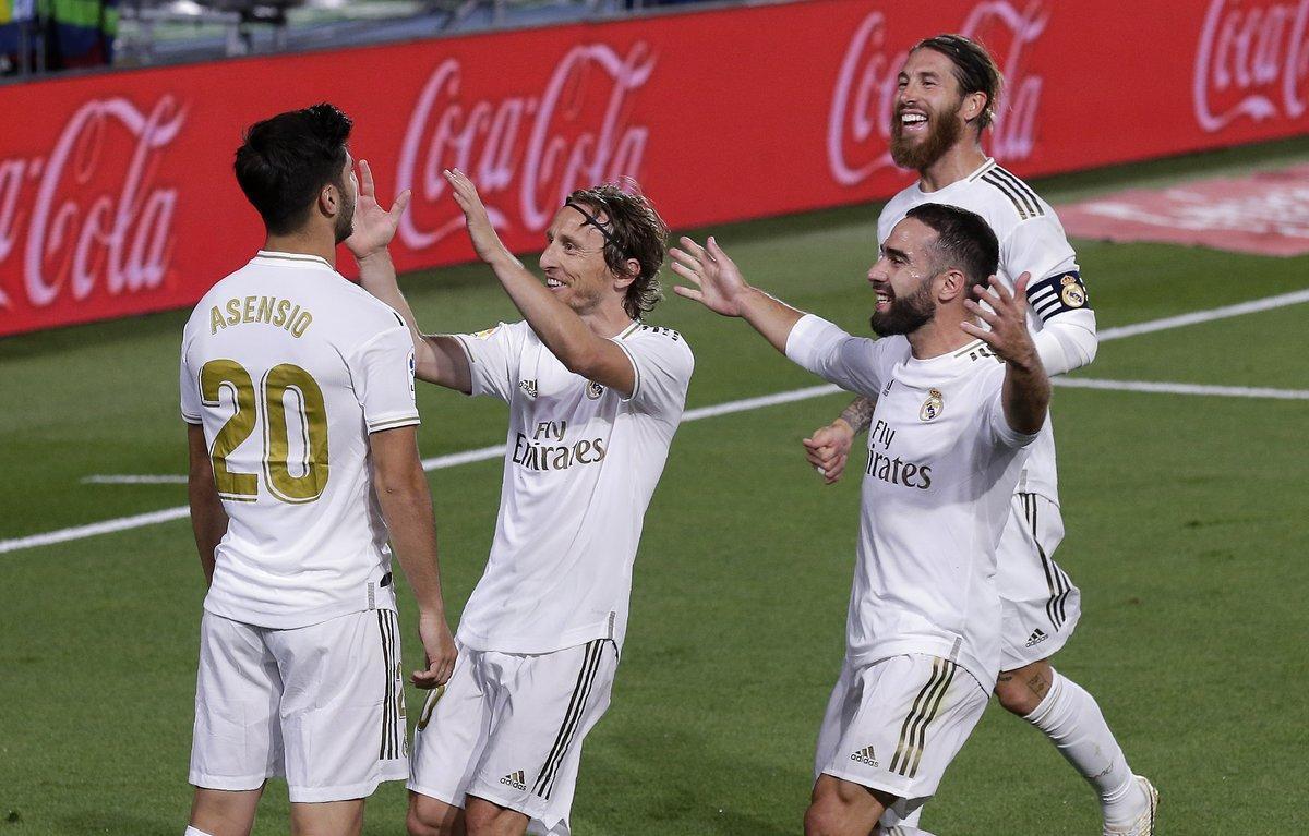 Los jugadores del Madrid celebran junto a Asensio su gol ante el Valencia.