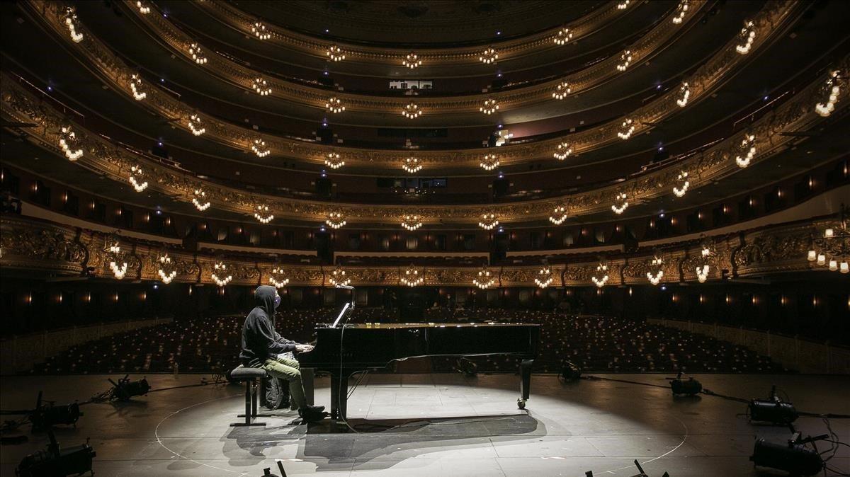 Francesco Tristano, al principio de su noche más largaen el Liceu.