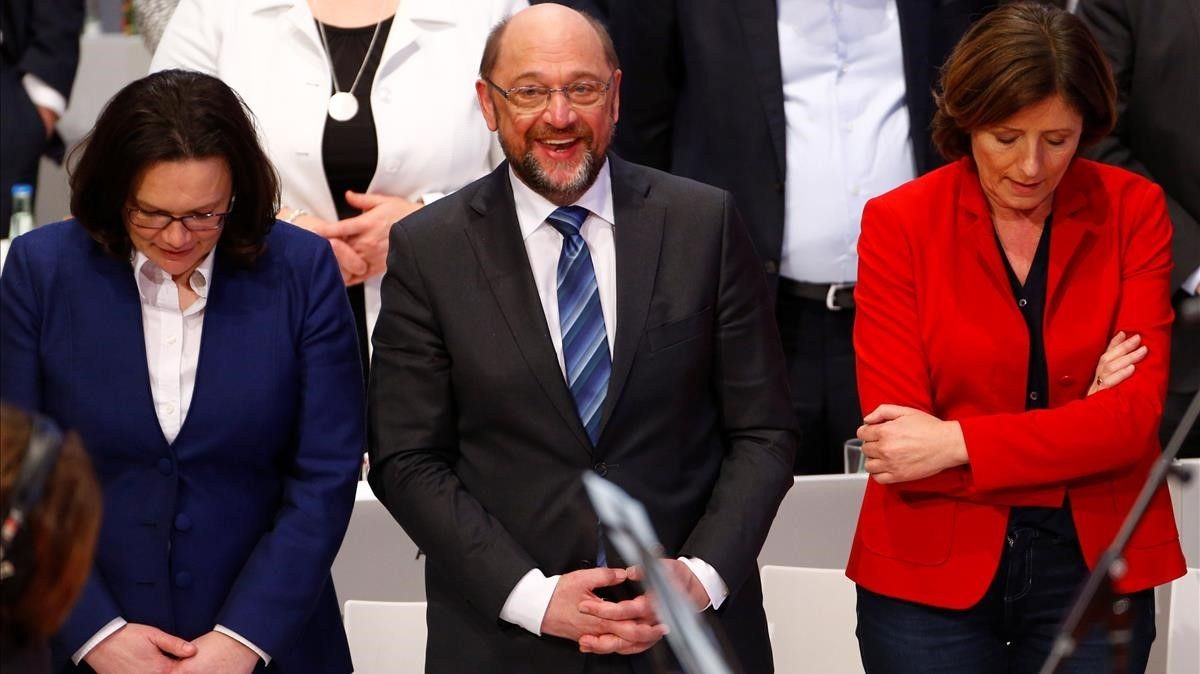 Schulz (centro), flanqueado por Andrea Nahles (izq), líder del grupo parlamentario del SPD, y Malu Dreyer, primera ministra de Renania-Palatinado, en el congreso en Bonn, el 21 de enero.
