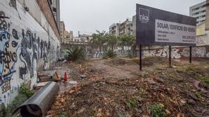 El solar de la calle Llacuna, en Poblenou, denunciado por la comunidad de vecinos por su estado de abandono.