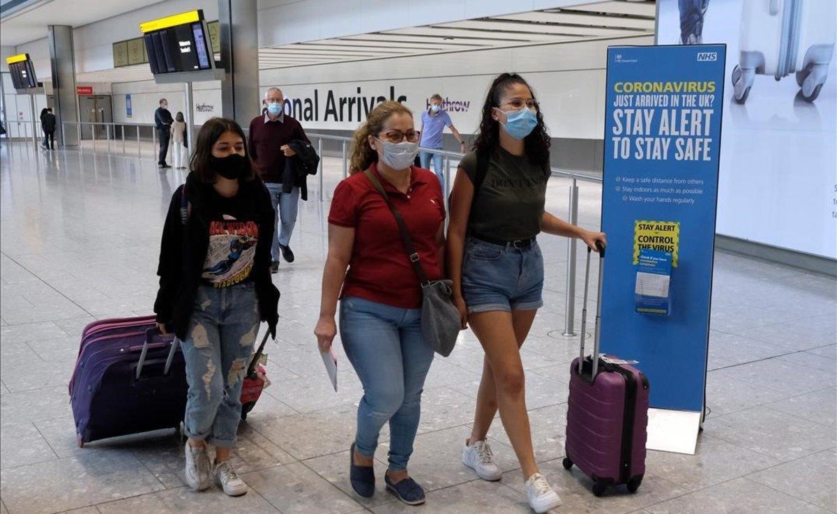 Pasajeros procedentes de España llegan al aeropuerto de Heathrow, en Londres.