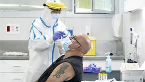 Un hombre se somete a una prueba del coronavirus en un CAP de Barcelona.