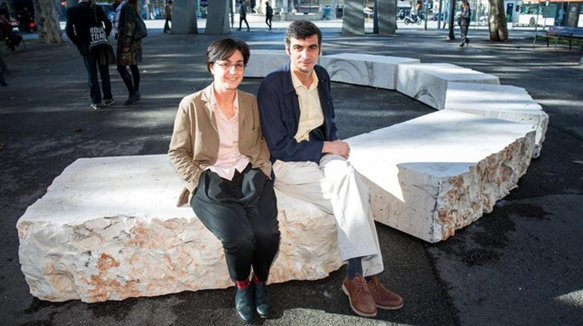 Giuliana Racco y Matteo Guidi, en Pla de Palau, junto a seis de las 12 partes en que se ha separado la piedra.