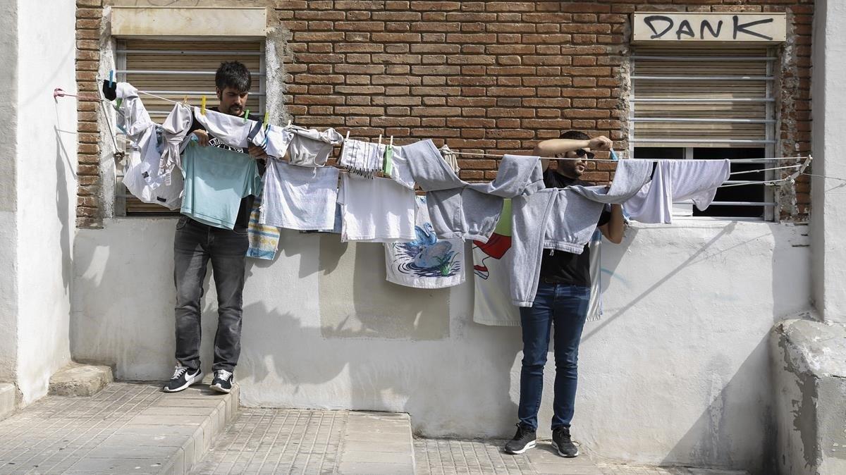 Los miembros de Estopa, en su barrio natal de Sant Ildefons.