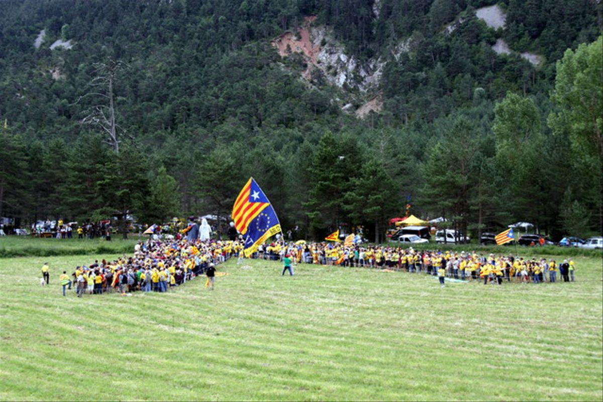 Más de un millar de personas han formado la 'V' catalana ante el Pi de les Tres Branques, este domingo.