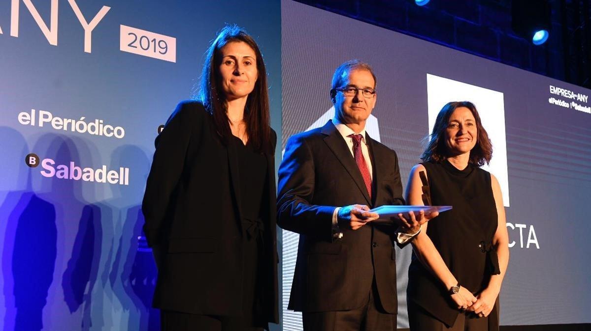 El consejero delegado de Lucta, Carles Ventós, recibe el Premi Projecta de la directora de EL PERIÓDICO, Ana Cristeto; y de la presidenta del Port de Barcelona, Mercè Conesa.