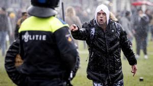 Un manifestante se encara con un agente durante el desalojo de la Plaza.