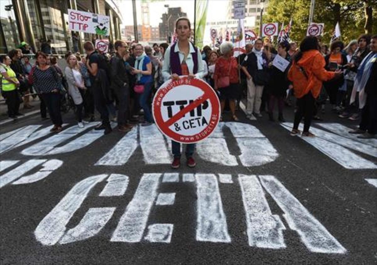 Una mujer sostiene una señal contra el CETA en una protesta en Bruselas el pasado mes de septiembre.
