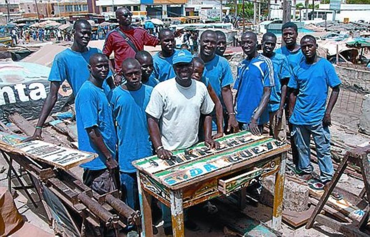 El equipo de carpinteros que recicla las embarcaciones.