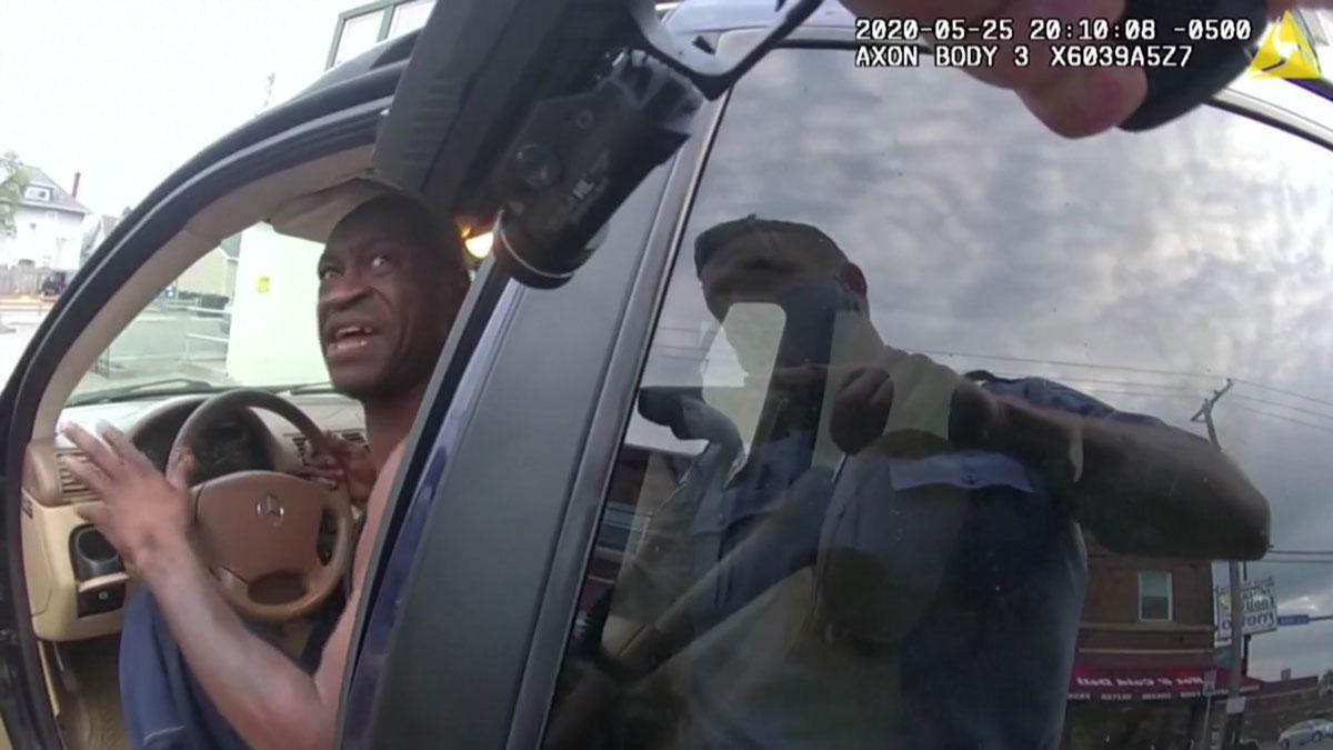 Grabación completa de las cámaras de los policías que forcejearon con George Floyd.