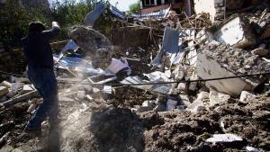 Un hombre busca enseres entre los escombros de su casa derrumbada en los bombardeos de Stepanakert.