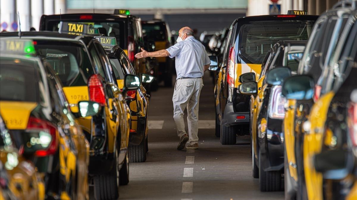 Taxistas de brazos cruzados, en la parrilla de la T1 del aeropuerto de El Prat, este sábado