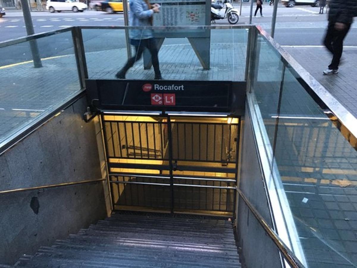 Boca de metro cerrada en Rocafort, esta mañana.