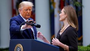 Trump junto a la magistrada Amy Coney Barrett, nominada para el Tribunal Supremo.