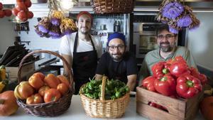 Los cocineros Tariel Macharashvili y Héctor Bracchiglione y Àngel Geriz, dueño de la Bodega Lito.