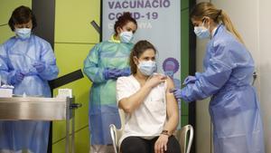 Una enfermera recibe la vacuna contra el coronavirus.