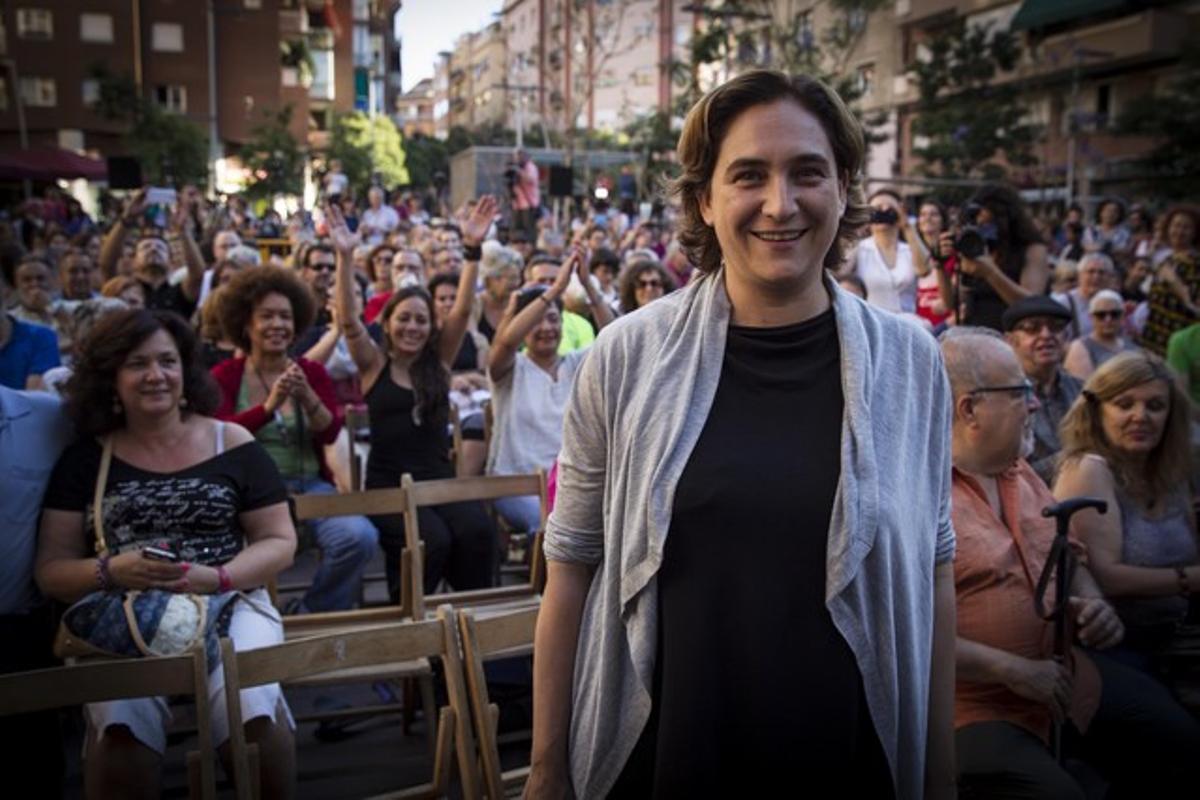 Ada Colau, en una reunión con vecinos en la plaza de Navas del Poble Sec, el 4 de junio.