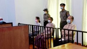 Aung San Suu Kyi (a la izquierda), durante la vista celebrada este lunes.